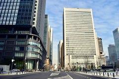 Edifici per uffici moderni davanti alla stazione Giappone di Tokyo immagini stock