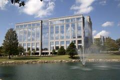 Edifici per uffici moderni intorno al parco Fotografia Stock