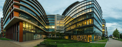 Edifici per uffici moderni perfetti al crepuscolo Fotografia Stock