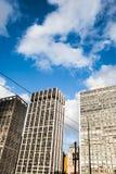 Edifici per uffici in un cielo blu con il giorno delle nuvole Immagini Stock Libere da Diritti