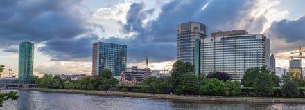 Edifici principali di Francoforte e del fiume di estate Fotografia Stock
