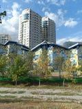 Edifici residenziali ed asilo fotografia stock libera da diritti