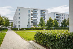 Edifici residenziali moderni, appartamenti in nuovo alloggio urbano Immagini Stock Libere da Diritti