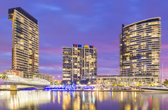 Edifici residenziali moderni in Docklands, Melbourne a penombra Fotografia Stock