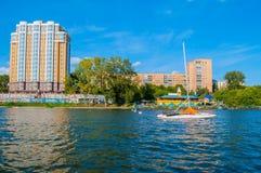 Edifici residenziali moderni sull'argine del fiume di Iset a Ekaterinburg nel giorno soleggiato di estate, Russia Fotografie Stock