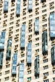 Edifici residenziali a più piani moderni, frammento della facciata Fotografie Stock Libere da Diritti