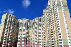 Edifici residenziali a più piani moderni nel giorno soleggiato Fotografia Stock Libera da Diritti