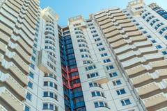 Edifici residenziali a più piani moderni nel giorno soleggiato Immagini Stock Libere da Diritti