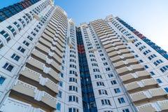 Edifici residenziali a più piani moderni nel giorno soleggiato Fotografie Stock Libere da Diritti