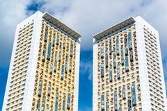 Edifici residenziali a più piani moderni nel giorno soleggiato Fotografie Stock