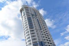 Edifici residenziali a più piani moderni in soleggiato Fotografia Stock Libera da Diritti