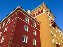 Edifici rossi ed arancio costruiti nello stile architettonico di Sorela in Havirov Fotografia Stock
