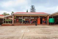 Edifici scolastici di scuola primaria con le borse in corridoi immagine stock