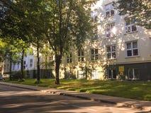 Edificio, árboles y calle típicos de la universidad en una ciudad académica Fotografía de archivo libre de regalías