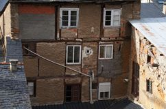Edificio abandonado con el dren original Fotos de archivo libres de regalías
