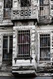 Edificio abandonado con la bandera turca Fotografía de archivo