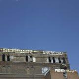Edificio abandonado cubierto pintada Fotos de archivo