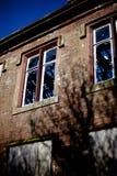 Edificio abandonado de la piedra arenisca con las ventanas quebradas Foto de archivo