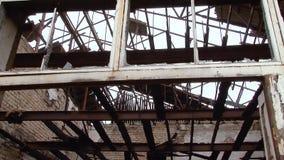 Edificio abandonado después del fuego almacen de metraje de vídeo