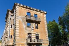 Edificio abandonado - edificio de apartamentos roto de la vivienda Fotos de archivo libres de regalías