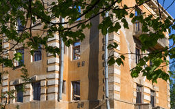 Edificio abandonado - edificio de apartamentos roto de la vivienda Imagen de archivo
