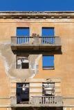 Edificio abandonado - edificio de apartamentos roto de la vivienda Foto de archivo libre de regalías
