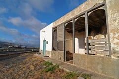 Edificio abandonado en el desierto Fotos de archivo