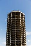 Edificio abandonado en fondo del cielo Fotografía de archivo libre de regalías
