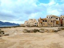 Edificio abandonado en la costa mediterránea en Sicilia Fotografía de archivo libre de regalías