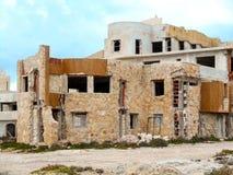 Edificio abandonado en la costa mediterránea en Sicilia Imagen de archivo libre de regalías
