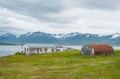 Edificio abandonado en la isla de Hrisey en Islandia Foto de archivo libre de regalías