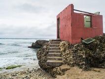 Edificio abandonado en la playa Imagenes de archivo