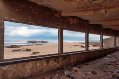 Edificio abandonado en la playa en Essaouira Foto de archivo libre de regalías