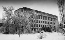 Edificio abandonado invierno blanco y negro horizontal Fotografía de archivo