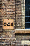 Edificio abandonado pintado vintage cuarenta y cuatro de la muestra del metal Imágenes de archivo libres de regalías