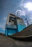 Edificio abandonado por el río Fotos de archivo libres de regalías