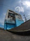 Edificio abandonado por el río Imagen de archivo libre de regalías