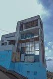 Edificio abandonado por el río Imagenes de archivo