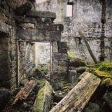 Edificio abandonado que se deshace Imágenes de archivo libres de regalías