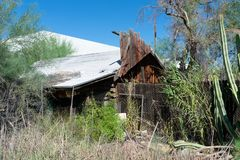 Edificio abandonado que se está deshaciendo fotografía de archivo libre de regalías
