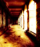 Edificio abandonado siniestro en la iluminación espeluznante imagen de archivo libre de regalías