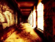 Edificio abandonado siniestro en la iluminación espeluznante imagenes de archivo