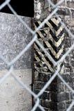 Edificio abandonado a través de la cerca Fotografía de archivo libre de regalías