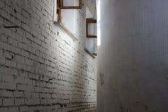 Edificio abandonado Una pared de ladrillo y una ventana Fotografía de archivo libre de regalías
