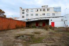 Edificio abandonado viejo del almacén en día lluvioso Fotos de archivo