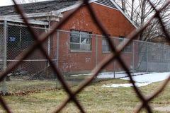 Edificio abandonado viejo del asilo de la escuela del hospital del ladrillo Imágenes de archivo libres de regalías