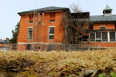 Edificio abandonado viejo del asilo de la escuela del hospital del ladrillo Foto de archivo