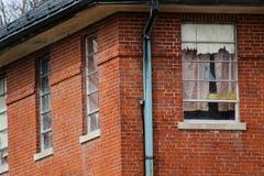 Edificio abandonado viejo del asilo de la escuela del hospital del ladrillo Fotos de archivo