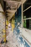 Edificio abandonado viejo del campo de los niños, casa concreta arruinada Fotos de archivo