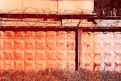 Edificio abstracto con alambre de púas Imagen de archivo libre de regalías
